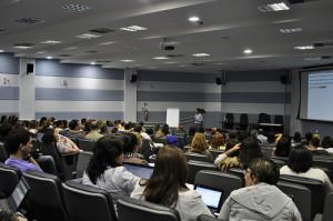 Na manhã desta segunda-feira, dia 5, eles fizeram parte dos 133 alunos recepcionados pelo coordenador do curso, Manuel Palácios da Cunha e Melo, (Foto: Géssica Leine)