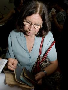 Conceição Imaculada de Oliveira, uma das ex-presas políticas, recebeu seus documentos durante a cerimônia (Foto: Géssica Leine)