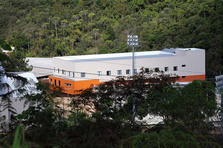 Vista do novo ginásio da Faculdade de Educação Física e Desportos (à esquerda) e seu Prédio Anexo (Foto: Fernando Priamo)
