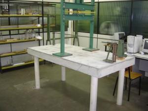 Mesa de reação com prensa para ensaios com carga até 50kN