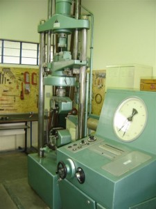 Prensa universal para ensaios com carga até 500kN
