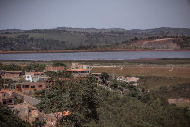 A proximidade entre áreas povoadas e as barragens, como esta na CSN em Congonhas, é um alerta de risco, segundo professor Bruno Milanez (Foto: Maria Otávia Rezende)